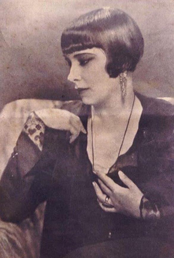 Retrato de mulher com penteado dos anos 20