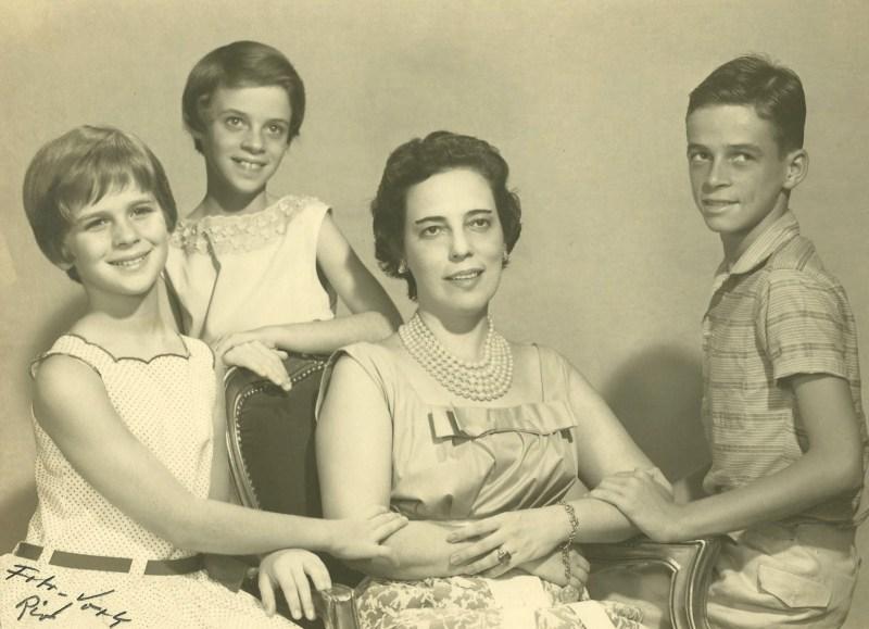 Zuzu Angel com seus filhos, Hildegard, Ana Cristina e Stuart.