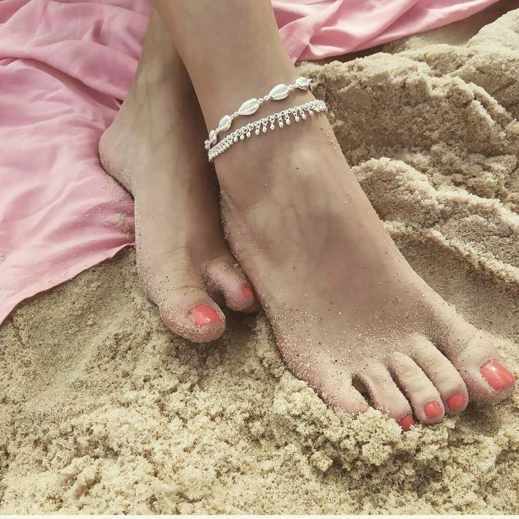 acessórios para usar na praia: tornozeleira