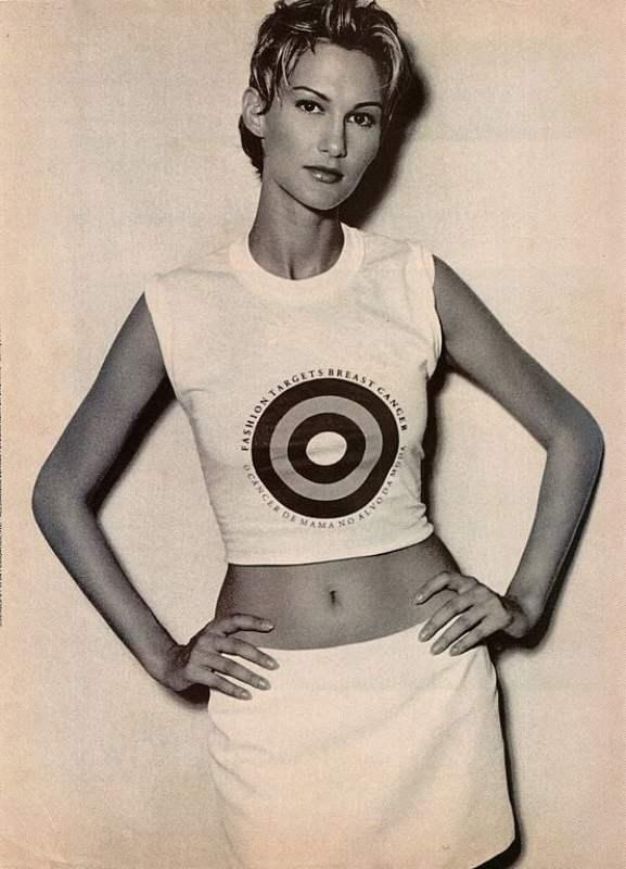 """A modelo internacional Alessandra Berriel posa com a camiseta oficial da campanha """"O Câncer de Mama no Alvo da Moda"""", 1995."""