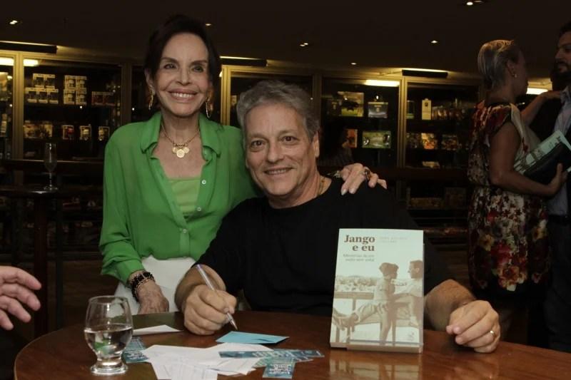 """Maria Thereza e o filho João Vicente Goulart, no lançamento do livro """"Jango e Eu""""."""