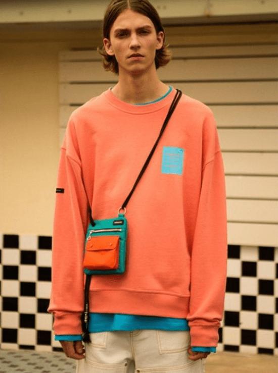 Bolsa masculina transpassada discreta com bloco de cores