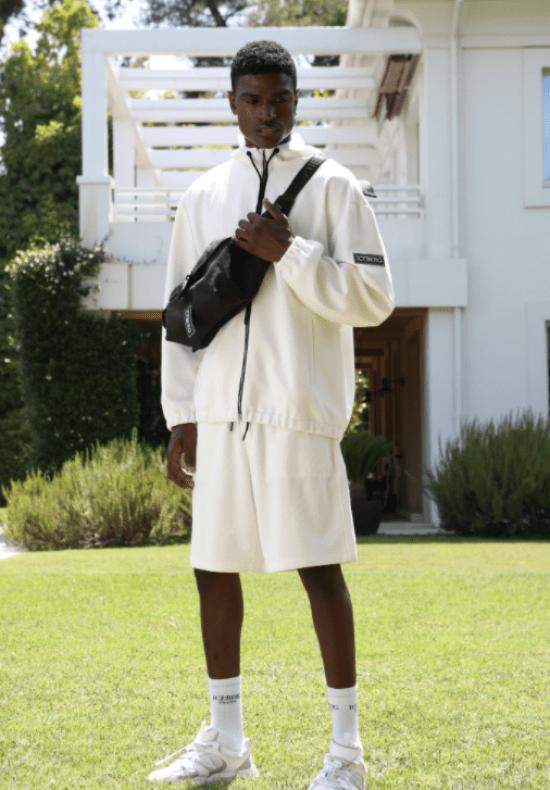 Pochete preta transpassada em look casaco e bermuda brancos