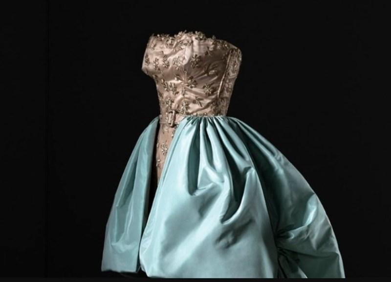 Vestido sem alças e com saia volumosa em azul de Cristóbal Balenciaga, de 1951.