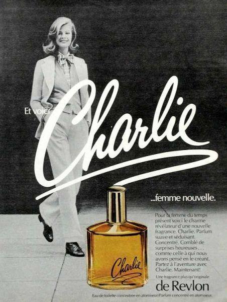 Propaganda francesa do perfume Charlie da Revlon na década de 1970 com uma modelo em um terninho feminino.