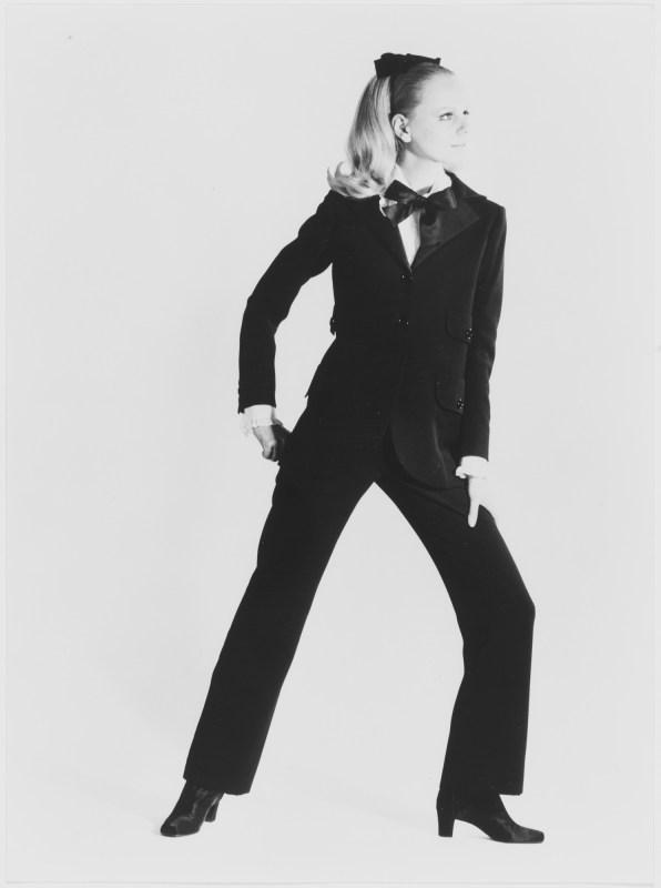 Modelo vestida com o um terninho feminino de Yves Saint Laurent de 1966.