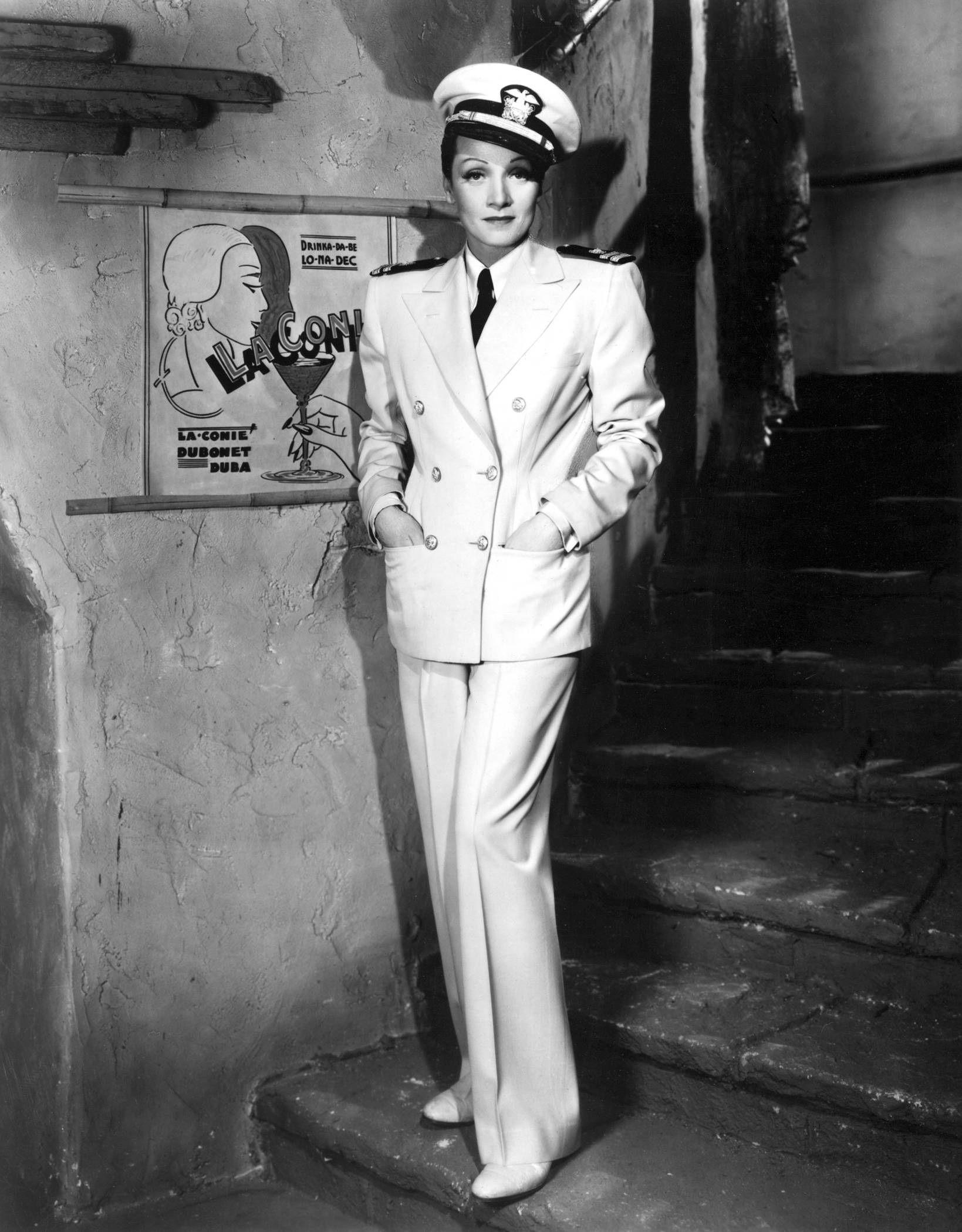 Marlene Dietrich vestida com terninho de marinheira