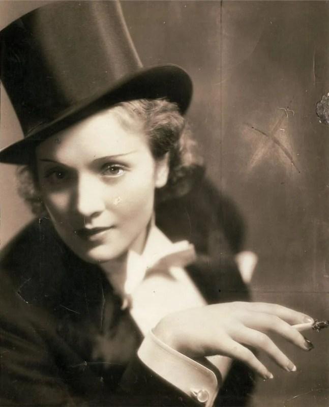 Marlene Dietrich vestida com terninho feminino no filme Morocco de 1930.