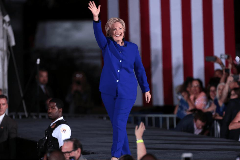 Hillary Clinton em campanha no Arizona em 2016 vestida com um terninho feminino.