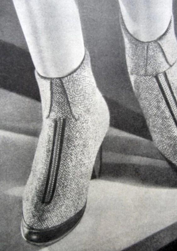 Foto em preto e branco de sapatos femininos de salto com zíper