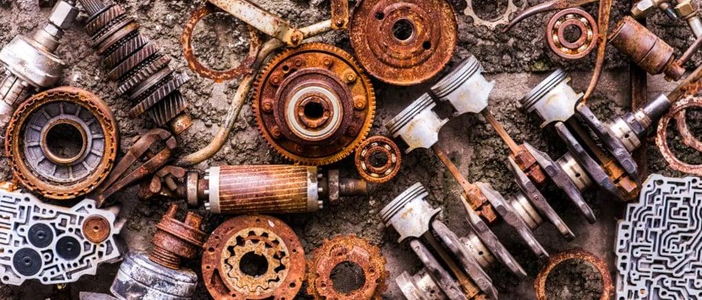 Imagem de várias peças de metal oxidadas