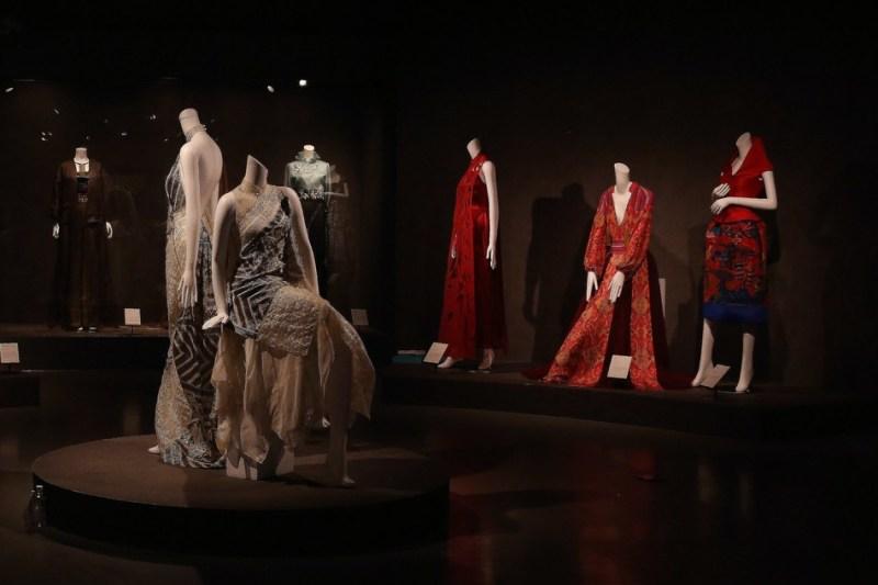 Exibição de peças de estilistas chineses contemporâneos no China National Silk Museum.