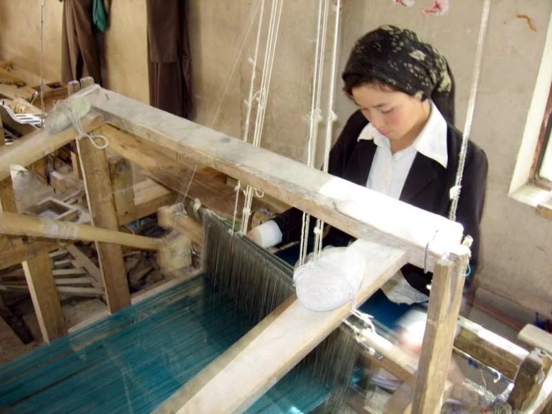 Tecelã trabalhando a seda em Khotan, na China.