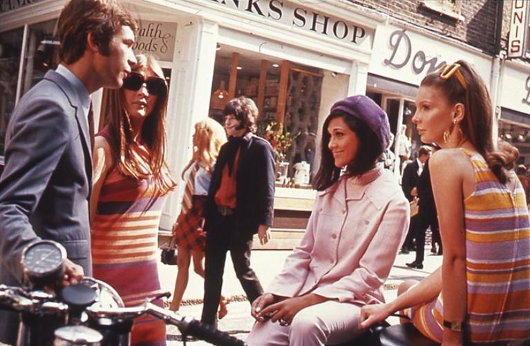 Jovens reunidos a conversar nas ruas de Londres em 1966.