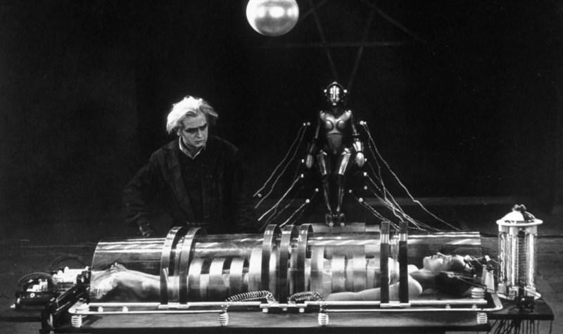 Cena do filme Metrópolis, de 1927, com um cientista a conectar uma mulher com um robô.