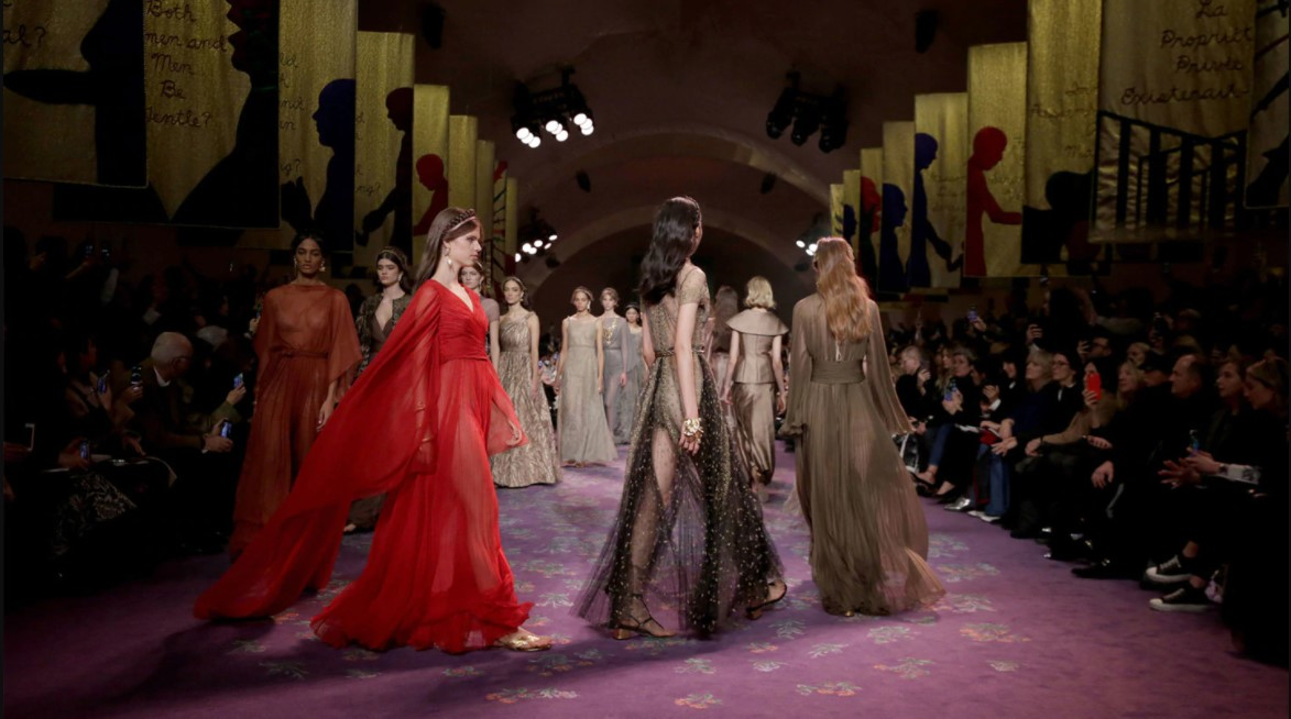 Foto de modelos no desfile Dior 2020
