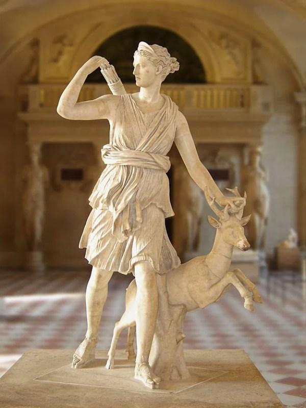 """Ártemis com um veado, conhecido como """"Diana de Versalhes"""", século I ou II d.C."""
