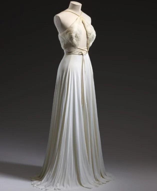 Vestido de noite branco de Madame Grès inspirado nas deusas gregas, outono-inverno de 1976.
