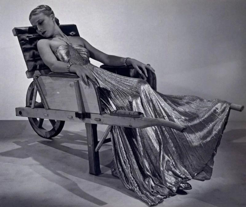 Modelo usando um vestido Vionnet, 1937.
