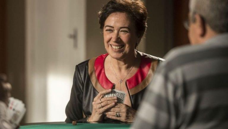 personagem silvana em uma mesa jogando cartaz