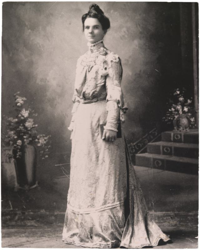 Adella Hunt Logan posando com um vestido de noiva branco, em 1888.