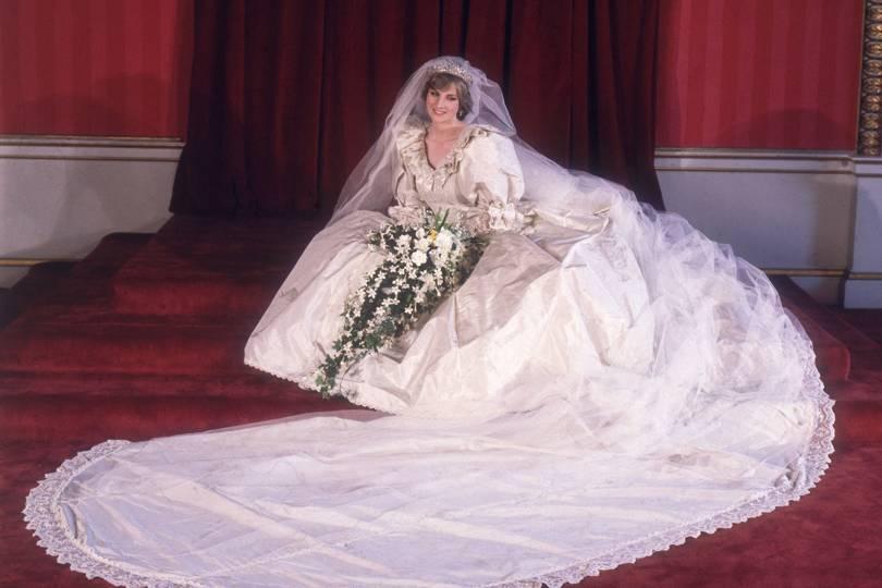 Diane Spencer posando sentada no chão com o seu vestido de noiva branco, em 1981.