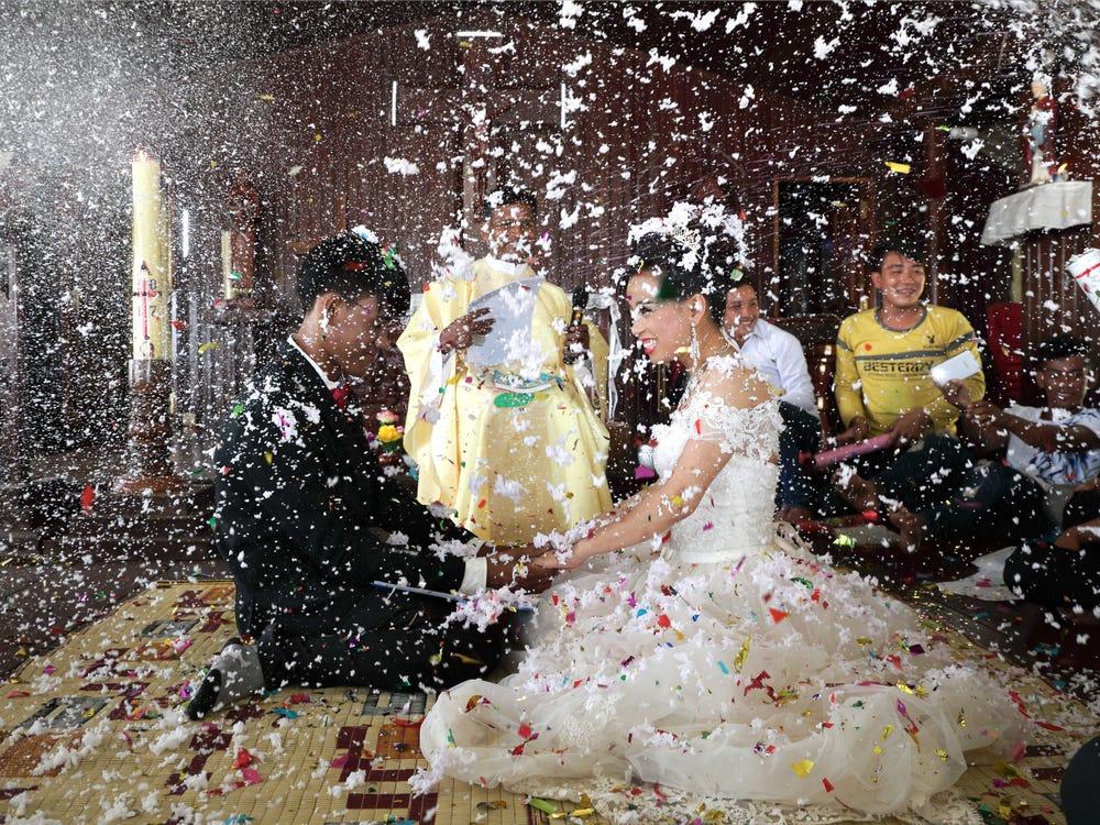Casal de noivos no Camboja em uma cerimônia de casamento católica.