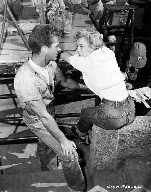 "Keith Andes e Marilyn Monroe no filme ""Clash by Night"", em 1952."