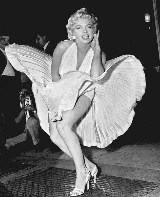 """Foto de Marilyn Monroe nas ruas de Nova York, durante a rodagem do filme """"O pecado mora ao lado"""" em 1954."""