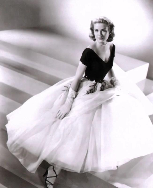 """Foto de Grace Kelly para o filme """"Rear Window"""", em 1954, com um vestidos dos anos 50."""