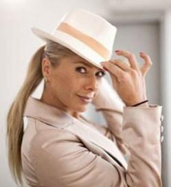 Adriane Galisteu de chapéu panamá