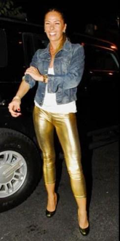Adriane Galisteu de Calça Leg dourada em raro momento de gosto duvidoso