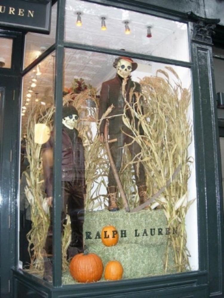 Vitrine Ralph Lauren com caveiras e espantalhos