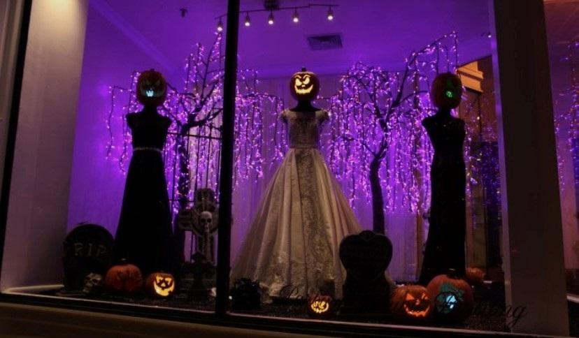 Vitrine de loja de roupa de noiva com decoração de Halloween