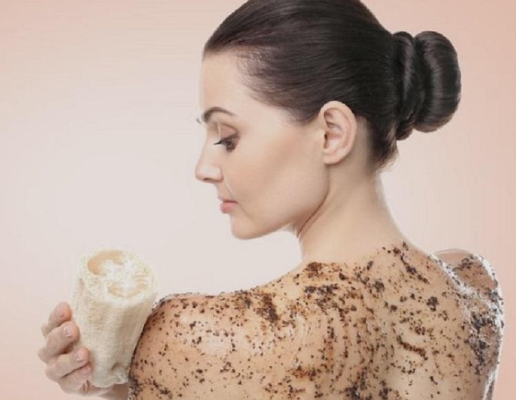 Foto de mulher esfoliando a pele