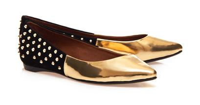 sapatilha dourada com tachas