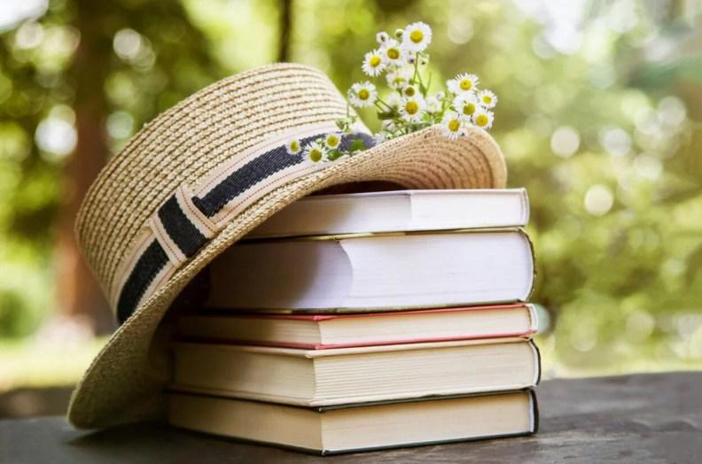 Foto de livros e um chapéu