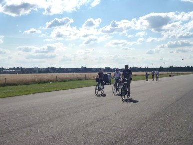 Ciclistas pedalando pelas pistas do velho aeroporto