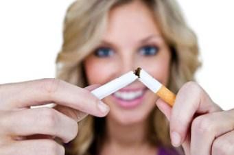 mulher-quebrando-cigarro