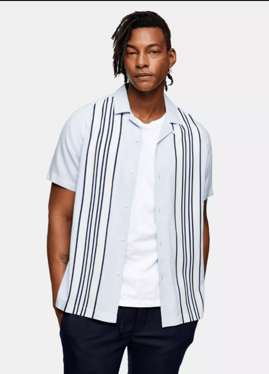 Modelo usa camisa listrada com t-shirt para silhuetas masculinas ovais