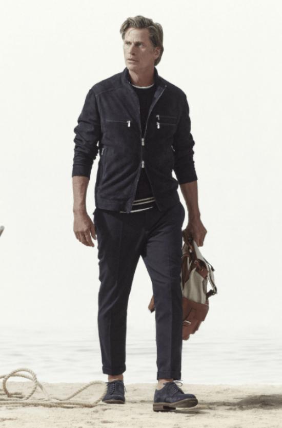 Silhueta masculina: Modelo usa jaqueta com zíper fechado apenas no centro, calça e blusa