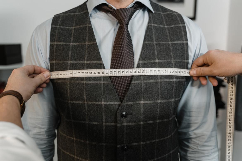 Alfaiate a preparar um traje.