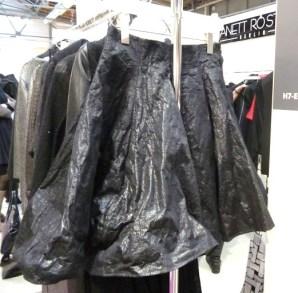 Roupas em materiais sintéticos como plásticos, couro ou vinil
