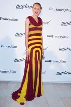 Atriz Chrystèle Saint-Louis Augustin na festa Madame Figaro vestindo Montblanc brincos e bracelete em ouro vermelho e diamantes