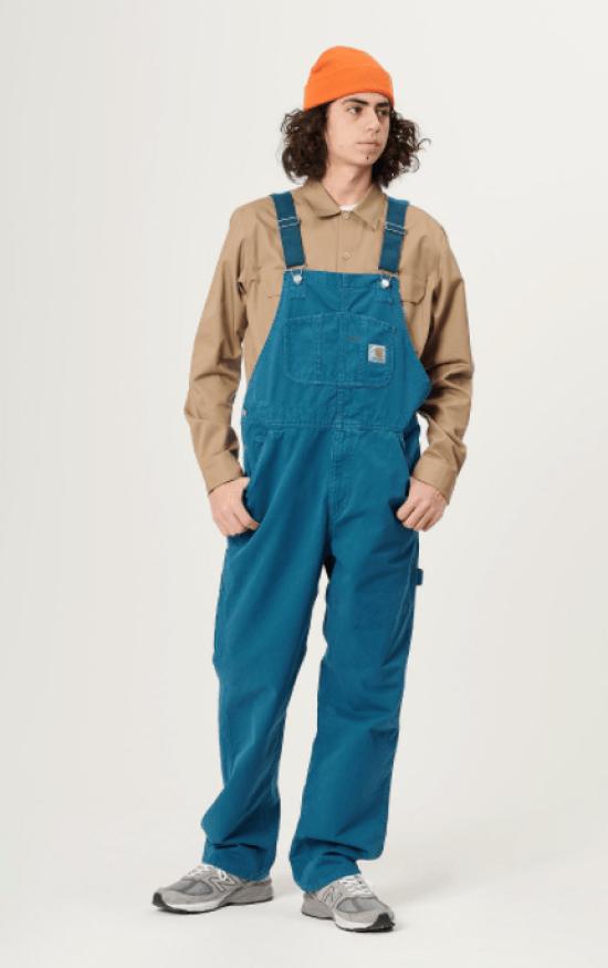 jardineira azul sarja com camisa e gorro