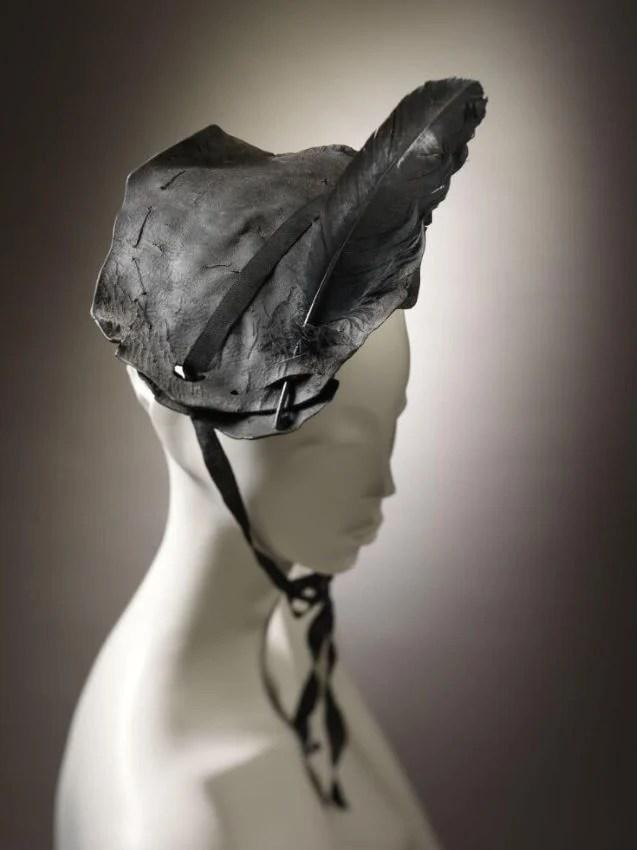 Manequim com um chapéu de couro antigo preto