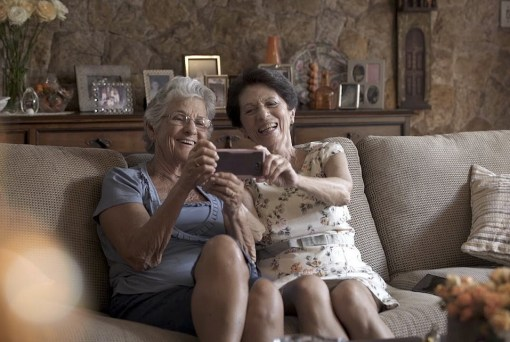 Vóvos aprendem a usar app do Itaú