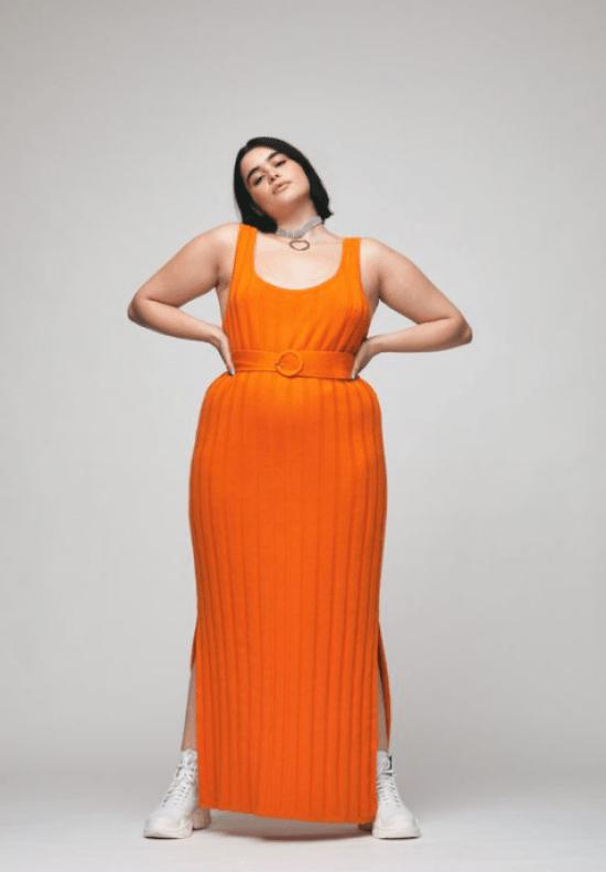 Looks monocromáticos: vestido malha canelada laranja combinando com cinto