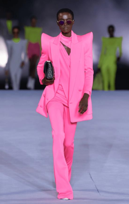 Looks monocromáticos: terninho com big ombreira pink