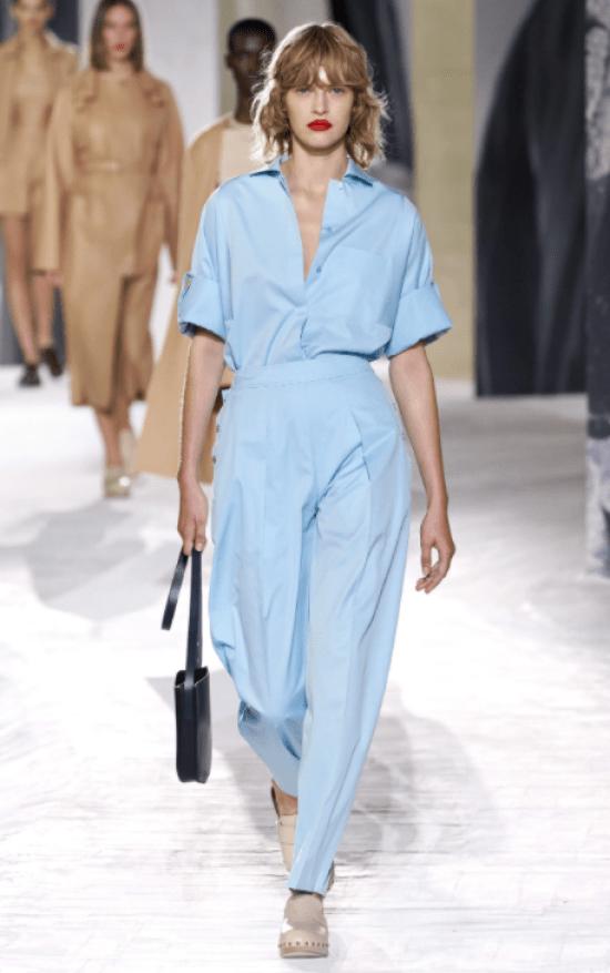 Look monocromático com calça e camisa manga curta